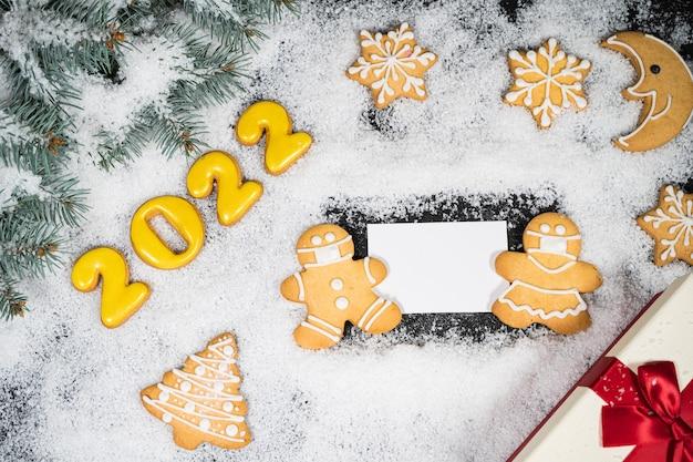 Kerst winter achtergrond met peperkoek op sneeuw blanco visitekaartje bovenaanzicht kopie ruimte