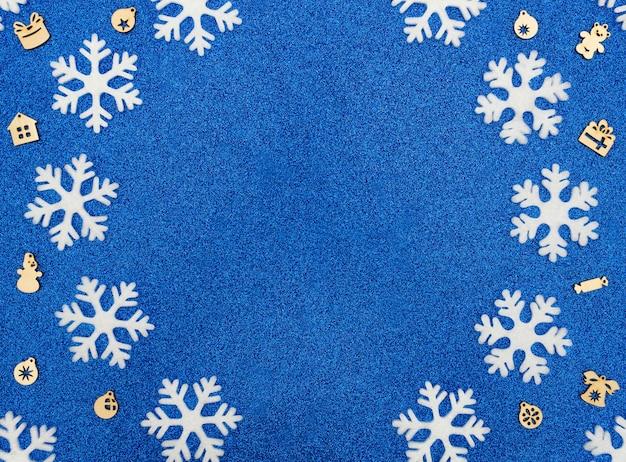 Kerst winter concept met witte sneeuwvlokken en houten decoraties