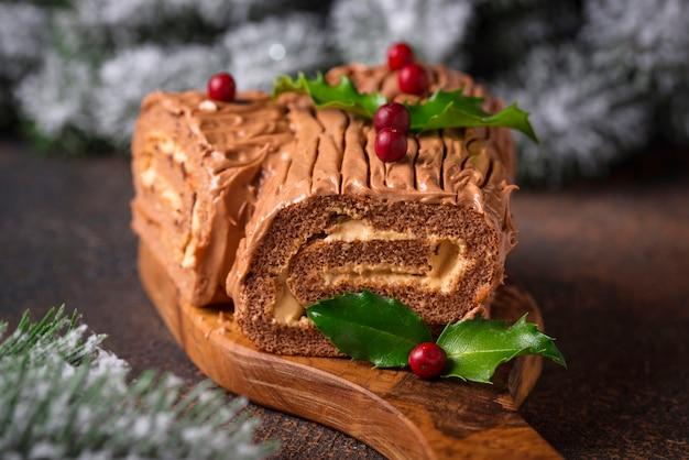 Kerst yule log cake. traditioneel chocoladedessert