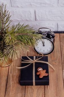 Kerst zakelijke samenstelling geschenken zwarte en gouden decoraties op houten achtergrond cookies
