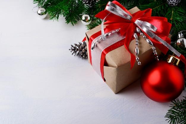 Kerst zilveren kralen versierde geschenkdoos met rood lint