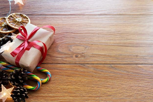 Kerstaccessoires bovenaanzicht. nieuwjaar of kerstmisachtergrond met exemplaarruimte