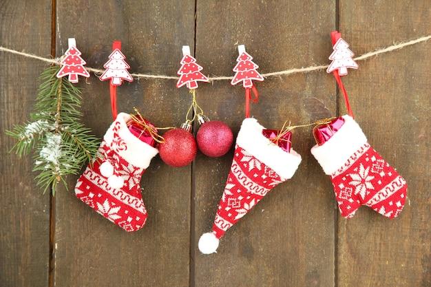Kerstaccessoires die aan een grijze houten muur hangen