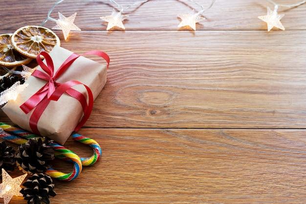 Kerstaccessoires met slinger bovenaanzicht. nieuwjaar of kerstmisachtergrond met exemplaarruimte