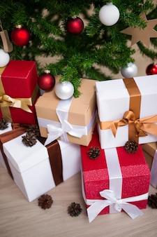 Kerstachtergrond - close-up van versierde kerstboom en geschenkdozen