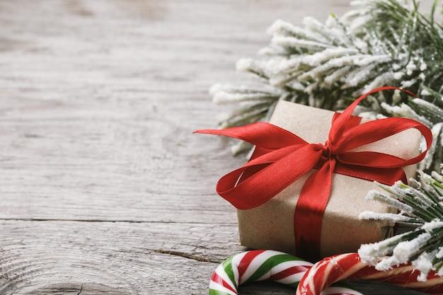 Kerstachtergrond en decoraties aan de rechterkant van houten tafel met kopieerruimte