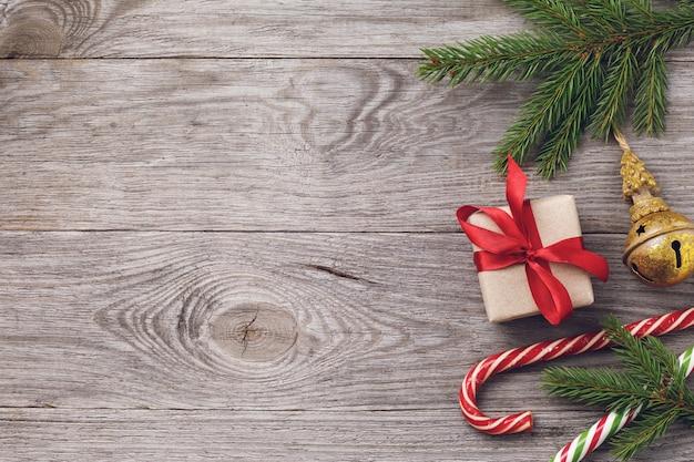 Kerstachtergrond en versieringen aan de rechterkant van de houten tafel
