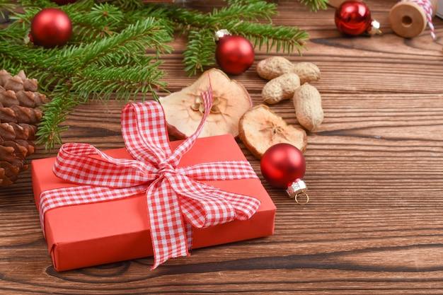 Kerstachtergrond gemaakt van dennentakken, speelgoed en eco-decoraties. natuurlijk ontwerp van de nieuwjaarsvakantie. wenskaart voor kerstmis en nieuwjaar.