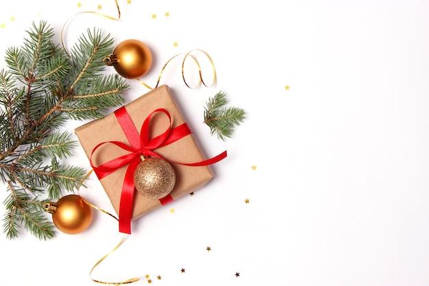 Kerstachtergrond in de stijl van minimalisme op een lichte achtergrond met een plek voor tekst. kerstmis of nieuwjaar accessoires en geschenken. hoge kwaliteit foto