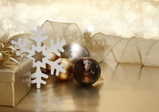 Kerstachtergrond met cadeau en kerstballen