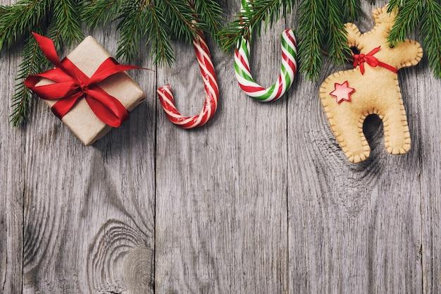 Kerstachtergrond met decoraties en geschenkdozen op een houten bord