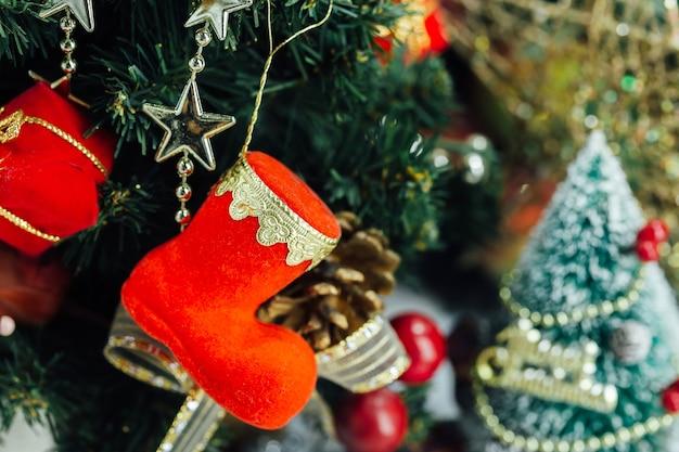 Kerstachtergrond met decoraties en geschenkdozen op houten