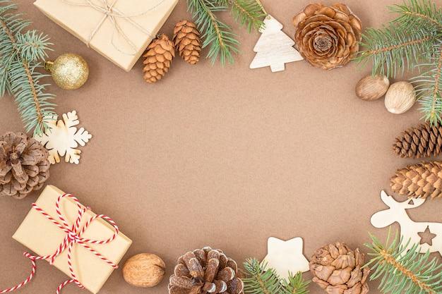 Kerstachtergrond met geschenkdozen kegels takken van kerstboomversieringen