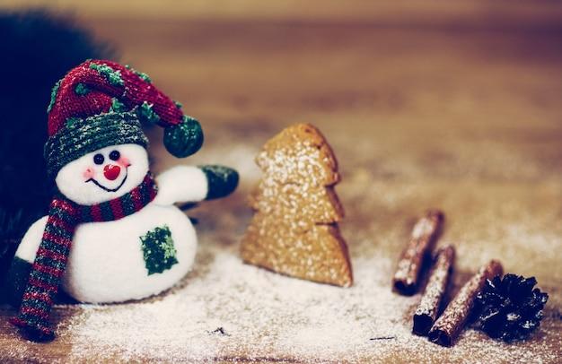 Kerstachtergrond met kerstboom en sneeuwpop