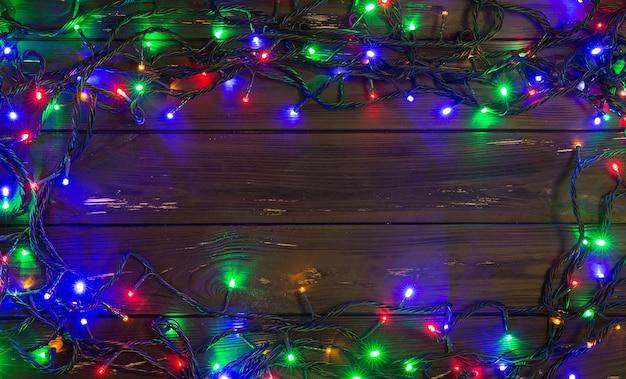 Kerstachtergrond met verlichting en vrije tekstruimte. kerstlichten. gloeiende kleurrijke kerstverlichting. nieuwjaar. guirlande.