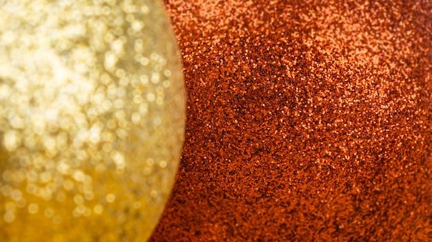 Kerstachtergrond van glanzende gele en rode ballen