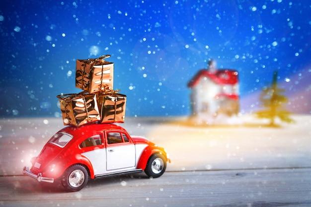 Kerstauto gaat met cadeautjes naar huis. nieuwjaar gelukkig concept. tsjeboksary, rusland - 28 oktober 2018: