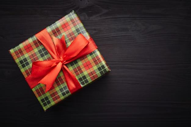 Kerstavond. geschenken op zwart houten.