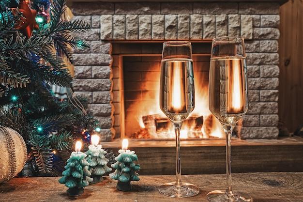 Kerstavond. glazen champagne wijn vóór kerstboom