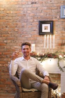 Kerstavond, man die champagne drinkt