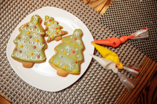 Kerstbakkerij vrienden versgebakken peperkoekkoekjes versieren met suikerglazuur