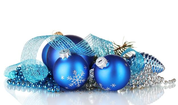 Kerstbal en groene boom