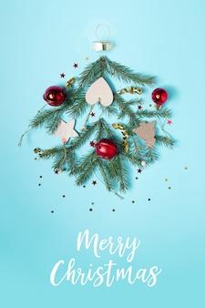 Kerstbal gemaakt van decoratie-elementen. plat leggen. vrolijk kerstfeest