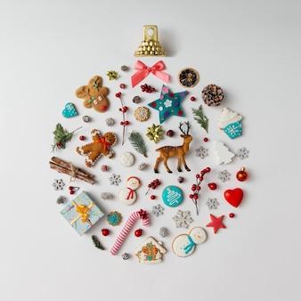 Kerstbal gemaakt van decoratie-elementen