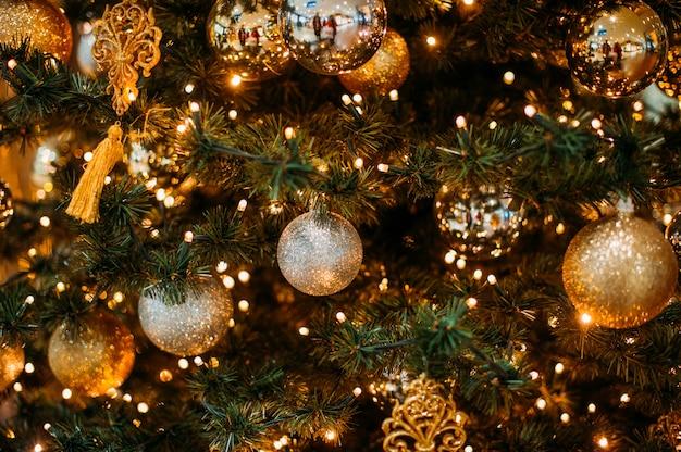 Kerstbal hangt aan een boom