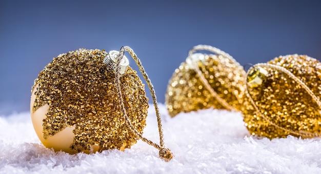 Kerstbal in de sneeuw en besneeuwde abstracte scènes