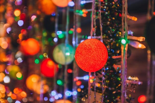 Kerstbal lichte schoonheid 's nachts