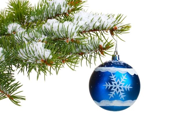Kerstbal op de boom die op wit wordt geïsoleerd