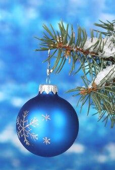 Kerstbal op de boom op blauw