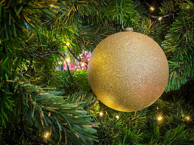 Kerstbal op de kerstboom voor prettige kerstdagen en een gelukkig nieuwjaar