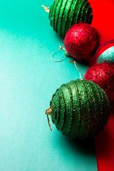 Kerstbal op groene en rode peper backround