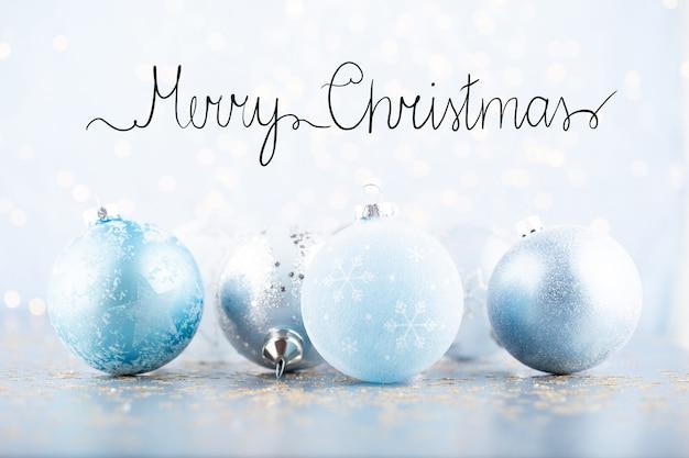 Kerstbal wenskaart versieringen op een blauwe bokeh