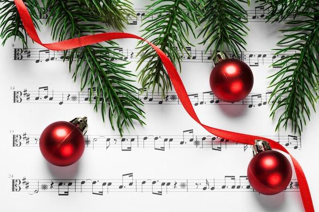 Kerstballen en boom op notities in een papier