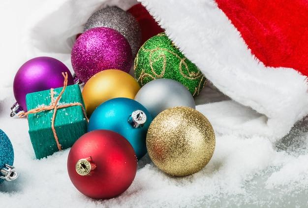 Kerstballen en geschenken liggen verspreid in de sneeuw