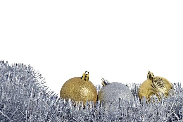 Kerstballen en slinger op achtergrond
