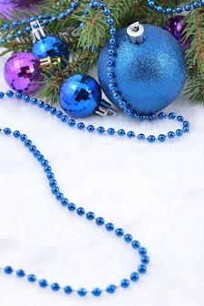 Kerstballen en slinger op een vuren tak voor decoratie