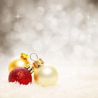 Kerstballen en sneeuwvlok op abstracte kerstachtergrond