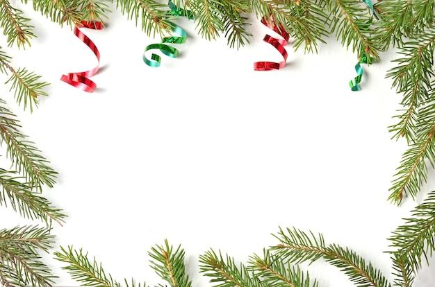 Kerstballen en takken op een lichte achtergrond