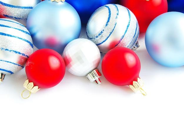 Kerstballen geïsoleerd op de witte achtergrond