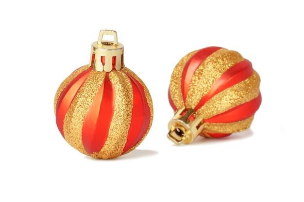 Kerstballen geïsoleerd op wit. nieuwjaar rood rond speelgoed.