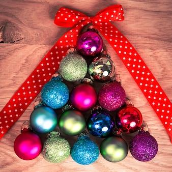 Kerstballen in de vorm van kerstbomen op de houten vloer