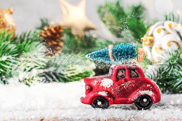 Kerstballen, mandarijnen en boomtakken met een vrachtwagen