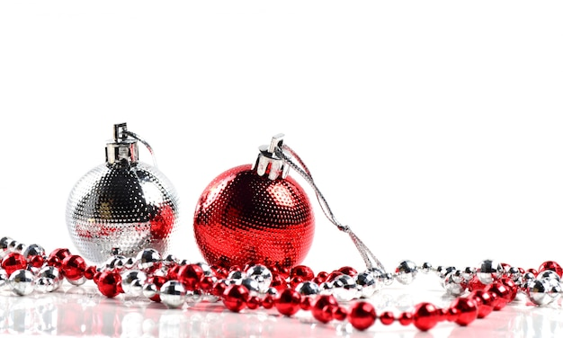 Kerstballen met ornamenten op witte achtergrond.