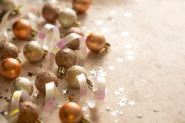 Kerstballen met stervormige glitter en sneeuw