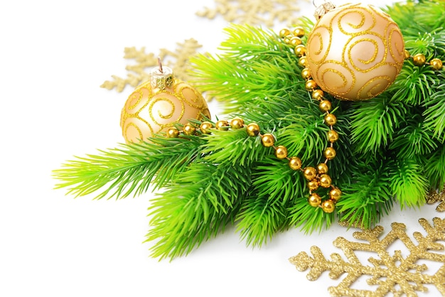 Kerstballen op dennenboom, geïsoleerd op wit