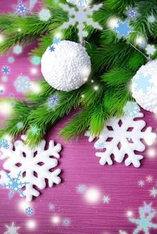 Kerstballen op dennenboom, op kleur achtergrond
